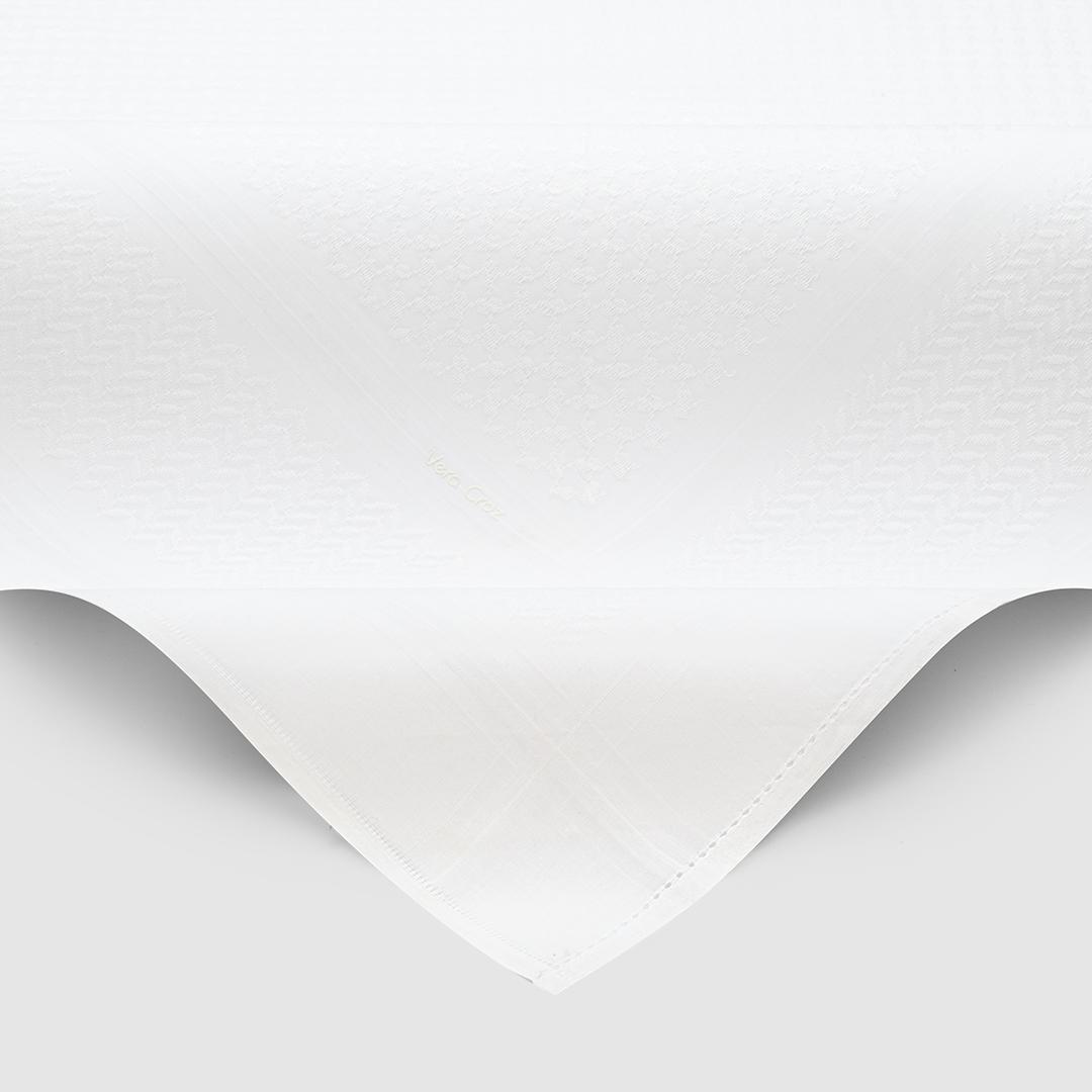 طقم شماغ فيروكروز أبيض مع قلم أسود فضي