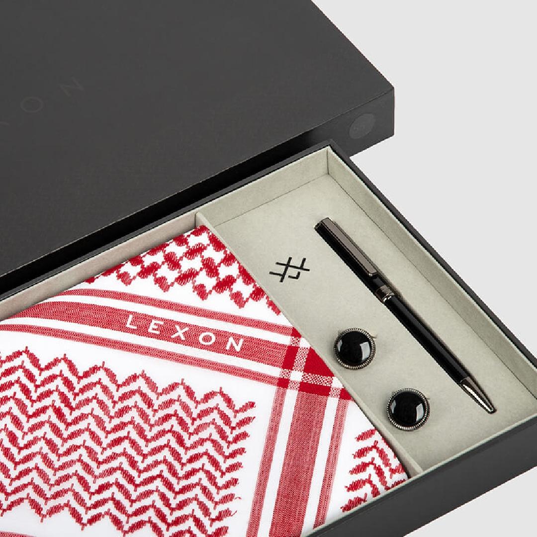 طقم لكسون موديل 2020 يتكون من شماغ أحمر مع قلم وكبك.