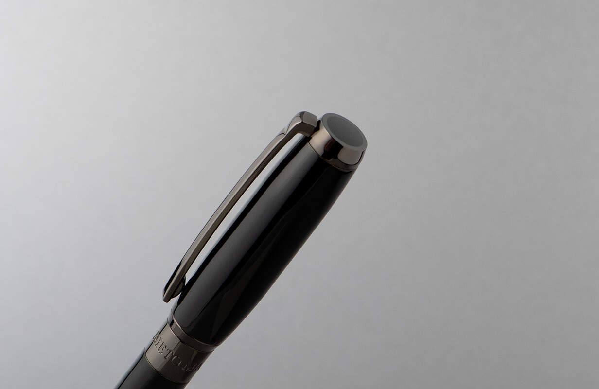 طقم أسود رصاصي منقوش ومختوم بالماركة- نيتو ماراني